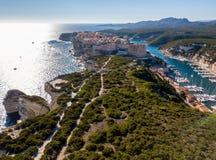Luchtmening van de oude die stad van Bonifacio op klippen van wit kalksteen wordt gebouwd, klippen haven Corsica, Frankrijk royalty-vrije stock afbeelding