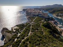 Luchtmening van de oude die stad van Bonifacio op klippen van wit kalksteen wordt gebouwd, klippen haven Corsica, Frankrijk stock fotografie