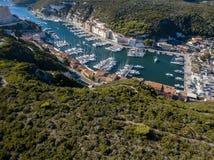 Luchtmening van de oude die stad van Bonifacio op klippen van wit kalksteen wordt gebouwd, klippen haven Corsica, Frankrijk stock afbeelding