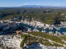 Luchtmening van de oude die stad van Bonifacio op klippen van wit kalksteen wordt gebouwd, klippen haven Corsica, Frankrijk royalty-vrije stock foto's