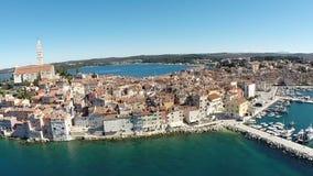 Luchtmening van de oude stad en het overzees die Rovinj, Kroatië omringen stock video