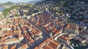 Luchtmening van de oude stad van Dubrovnik tijdens zonsopgang stock videobeelden