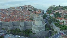 Luchtmening van de oude stad van Dubrovnik vóór zonsopgang stock video