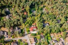 Luchtmening van de rand van een dorp met kleine familiehuizen, w royalty-vrije stock fotografie