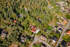 Luchtmening van de rand van een dorp met kleine familiehuizen, w royalty-vrije stock foto