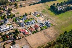 Luchtmening van de rand van een Duits dorp, dat door de benoeming van nieuwe de bouwgebieden voor ééngezinshuizen groeit royalty-vrije stock foto