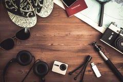 Luchtmening van de Reisplan van Reizigers` s toebehoren, reisvakantie die, toerismemodel Instagram beeld van het reizen kijken Stock Afbeeldingen