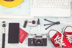Luchtmening van de Reisplan van Reizigers` s toebehoren, reisvakantie die, toerismemodel Instagram beeld van reizend concept kijk royalty-vrije stock foto