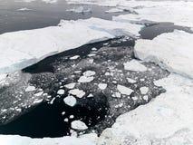 Luchtmening van de reusachtige ijsbergen in Groenland stock foto's