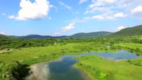 Luchtmening van de rivier en het omringen van Jesenica in Kroatisch gebied Lika stock video