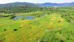 Luchtmening van de rivier en het omringen van Jesenica in Kroatisch gebied Lika stock videobeelden