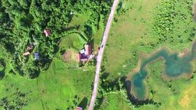 Luchtmening van de rivier en het omringen van Jesenica in Kroatisch gebied Lika stock footage