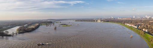 Luchtmening van de rivier Rijn in volledige vloed door Duisburg tijdens de Overstroming van Januari 2018 Stock Fotografie