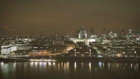 Luchtmening van van de de Rivierhommel van Londen Theems de meningsnacht stock video