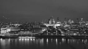 Luchtmening van van de de Rivierhommel van Londen Theems zwart-witte de meningsnacht stock video