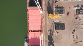 Luchtmening van de schiplading dichtbij de ligplaats in de haven Het laden van het walsdraad stock video