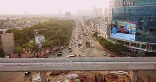 Luchtmening van de sporen van Djakarta LRT boven straat stock footage