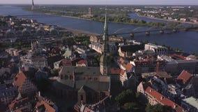 Luchtmening van de de St Peter ` s Kerk, de oude stad en Daugava-rivier, Riga, Letland stock videobeelden