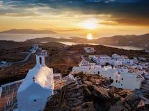 Luchtmening van de stad van Ios eiland in Cycladen, Griekenland stock afbeelding