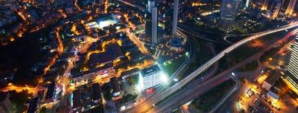 Luchtmening van de stad van Istanboel de stad in met wolkenkrabbers bij nacht Stock Foto