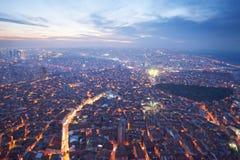 Luchtmening van de stad van Istanboel de stad in met wolkenkrabbers bij nacht Stock Afbeeldingen