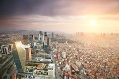 Luchtmening van de stad van Istanboel de stad in met wolkenkrabbers bij zonsondergang Royalty-vrije Stock Afbeeldingen