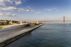 Luchtmening van de stad van Lissabon met de Tagus-Rivier en 25 van April Bridge op de achtergrond; Stock Afbeelding
