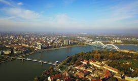 Luchtmening van de stad van Novi Sad in Servië op de rivier van Donau Stock Afbeeldingen