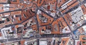 Luchtmening van de stad van Praag, rode daken, Tsjechische Republiek stock video