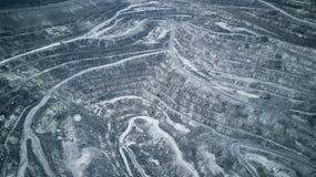 Luchtmening van de steengroeve van de asbest bovengrondse mijnbouw - mening van hierboven Panorama van de steengroevemijnbouw royalty-vrije stock afbeeldingen