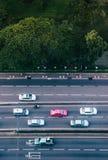 Luchtmening van de straat van Bangkok met auto's en weelderige groene Lumpini p stock foto