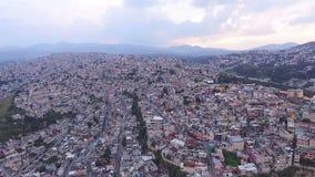 Luchtmening van de voorsteden in Mexico-City NEEM 3 stock footage