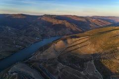 Luchtmening van de wijngaard en de terrasvormige hellingen in de heuvels van de dourovallei Stock Afbeelding