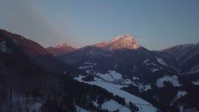 Luchtmening van de winterzonsondergang over alpiene bergen stock videobeelden