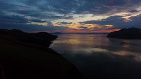 Luchtmening van de Yenisei-Rivier tijdens zonsondergang in de Republiek van Khakassia Rusland stock video