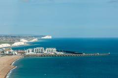 Luchtmening van de zonnige zomer Brighton, kustlijn, Zeven Zusters op de horizon Royalty-vrije Stock Fotografie