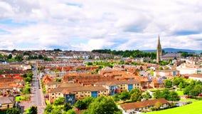 Luchtmening van Derry Londonderry-stadscentrum in Noord-Ierland, het UK stock video