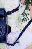 Luchtmening van digitale camera en kaart en bloemen Stock Foto