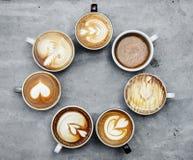 Luchtmening van diverse hete koffiedranken stock fotografie