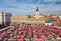 Luchtmening van Dolac-markt in Zagreb, Kroatië stock foto