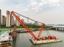 Luchtmening van drijvende kraan, voetbrugbouw stock afbeeldingen