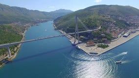 Luchtmening van Dubrovnik-brug - ingang aan de stad stock video
