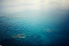 Luchtmening van duidelijk oceaanwater, kalme golven op een zonnige dag Concepten tranquill achtergrond Royalty-vrije Stock Foto's