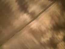 Luchtmening van een gevlekte bruine weide en dirth een weg Royalty-vrije Stock Afbeeldingen