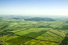 Luchtmening van een groen plattelandsgebied onder blauwe hemel Stock Foto's