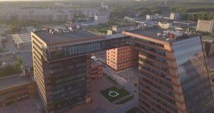 Luchtmening van een groot gebouw met laboratoria en innovatieve projecten, uitvindingen van technische aard in Technopark stock footage