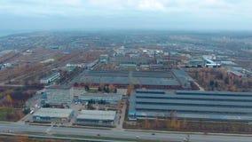 Luchtmening van een groot industrieel complex, reusachtig pakhuis stock footage