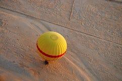 Luchtmening van een van het hete luchtballon en zand dessert, Thebes, Luxor stock foto's