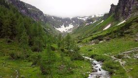 Luchtmening van een hoge bergcanion in de Alpiene bergen stock video