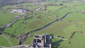 Luchtmening van een Iers openbaar vrij toeristenoriëntatiepunt, Quin Abbey, Provincie Clare, Ierland Luchtlandschapsmening van Ie stock videobeelden
